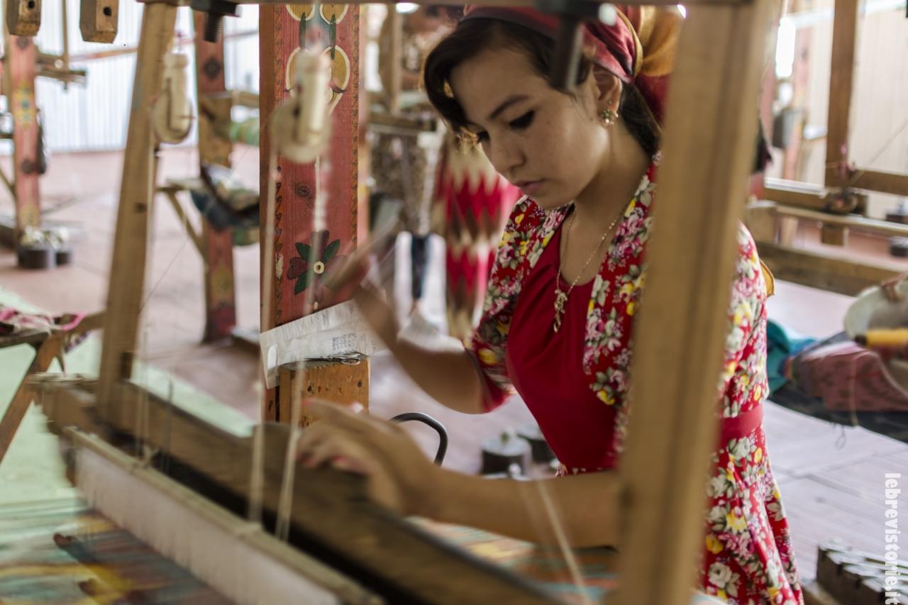 Una giovane tessitrice che lavora ancora secondo le antiche tradizioni
