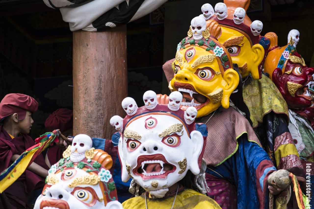 I monaci entrano nel cortile del monastero per dare il via alle danze