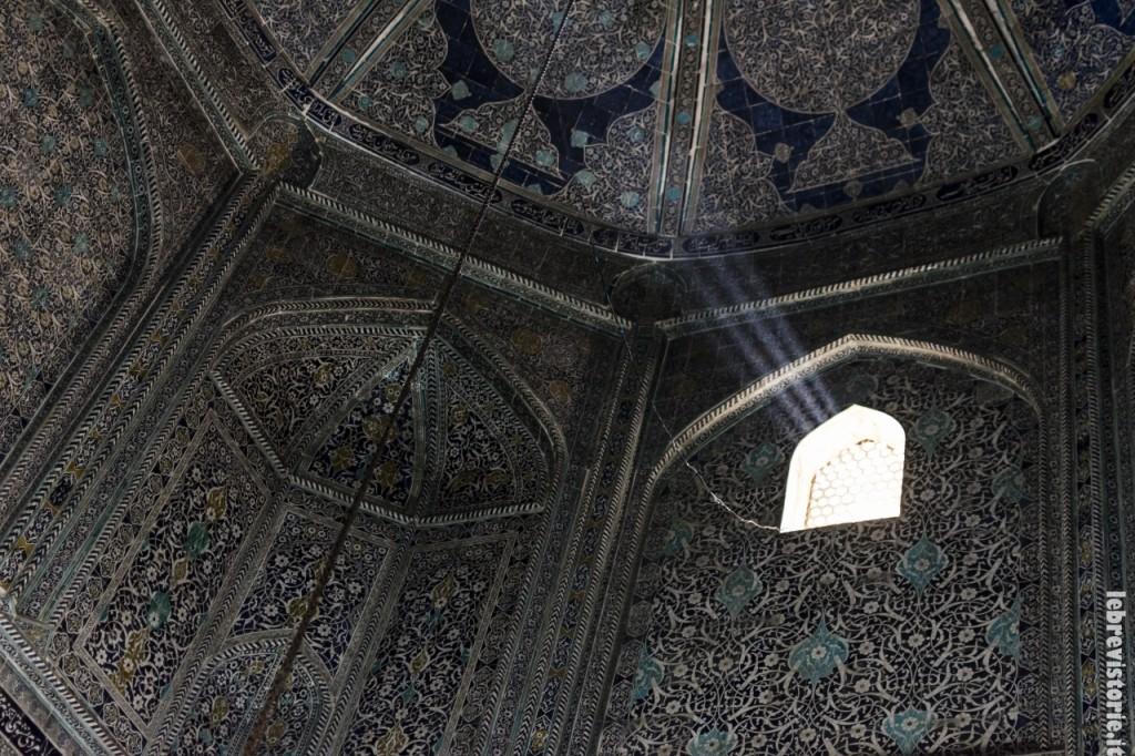 L'interno del mausoleo dedicato a Makhmud Pahlavan