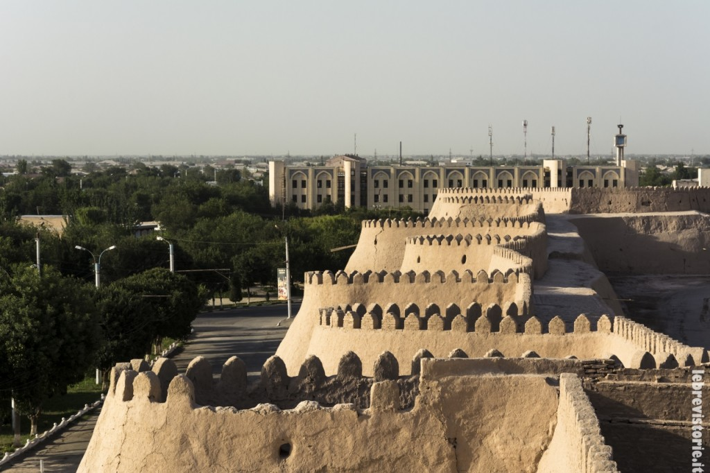 Le mura di fango che difendono la città di Khiva