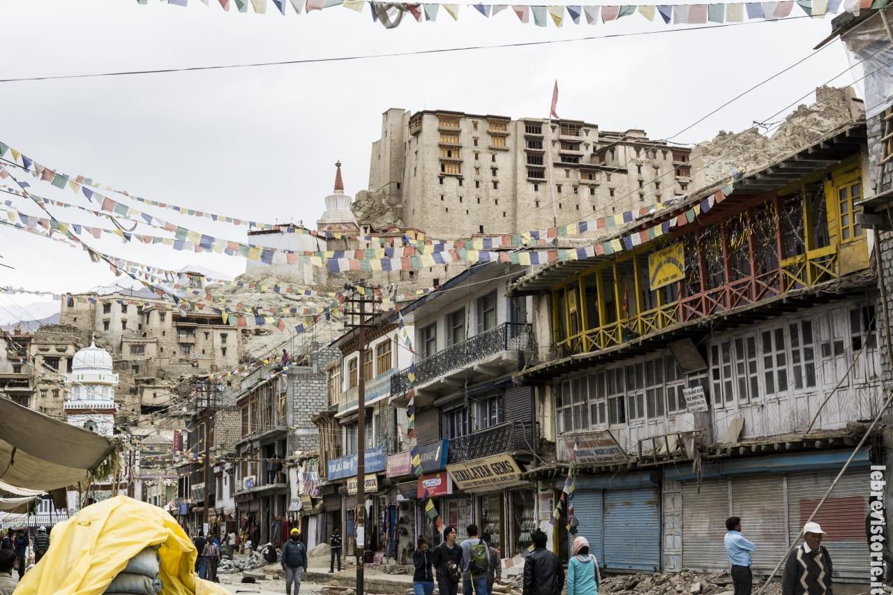 Le vie di Leh con il palazzo reale che domina sulla città