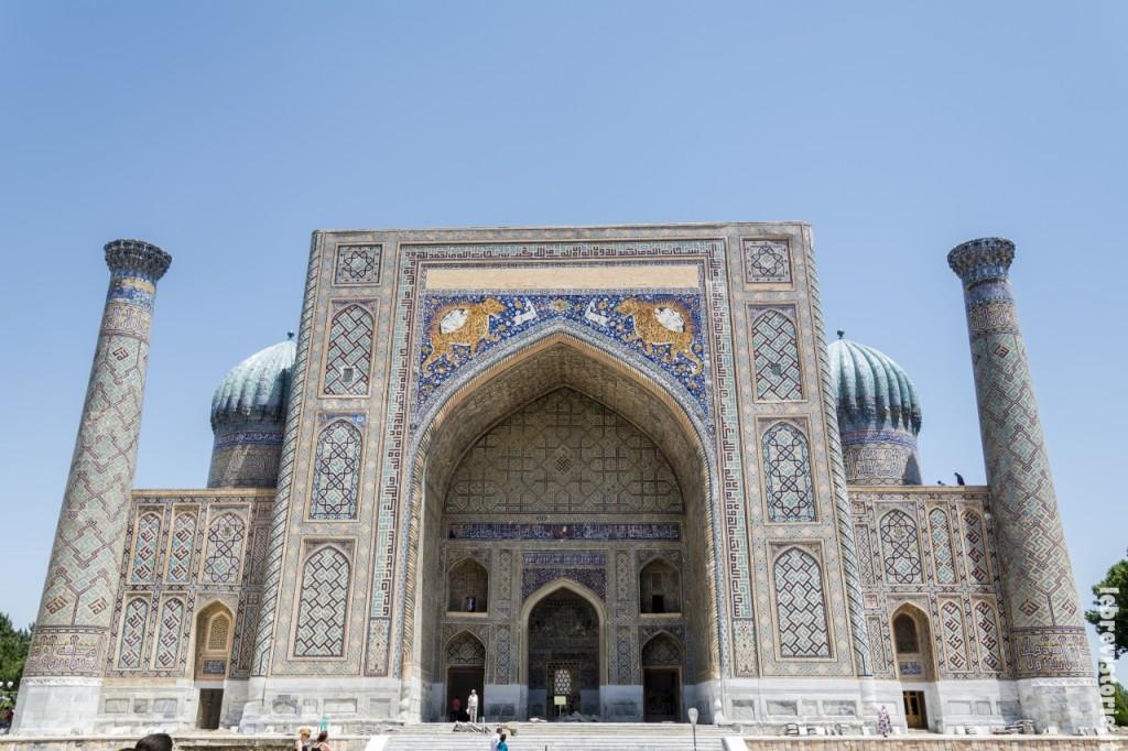 La madrassa Sher-dor sulla piazza del Regstan
