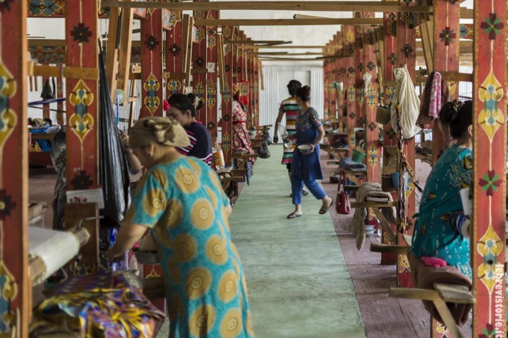 La tessitura della seta con macchinari antichi
