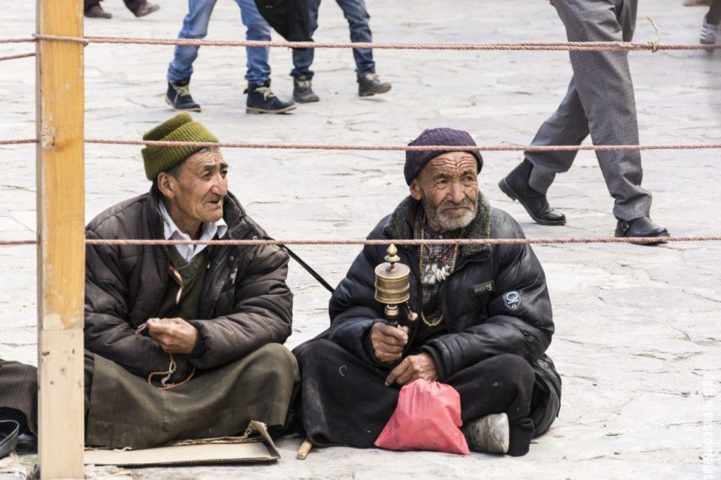 Due uomini Ladakhi pregano in attesa dell'inizio del Festival di Hemis